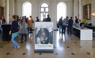 Перед входом и в фойе фотовыставки Sony World Photography Awards 2011 в лондонском Somerset House