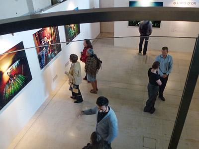 """Часть экспозиции лучших работ SWPA 2011 в лондонском Somerset House, представляющей снимки победителя. Титул """"L'IRIS D'OR профессиональный фотограф года"""" был присвоен Алехандро Хаскельбергу (Alejandro Chaskielberg) за серию снимков в номинации """"фотожурналистика и документальная фотография: люди"""", рассказывающей о жизни обитателей островов в уникальной экосистеме дельты реки Paran? River в Аргентине"""
