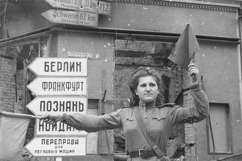 Евгений Халдей. Регулировщица Мария Шальнева