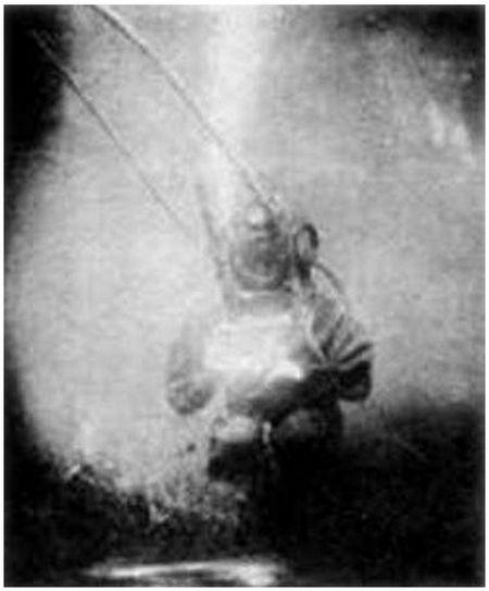 Автопортрет Луи Бутана в полном водолазном снаряжении