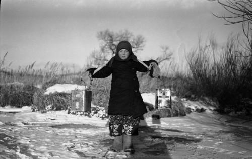 Соломонида Кустова (Солонька) несёт воду с речки