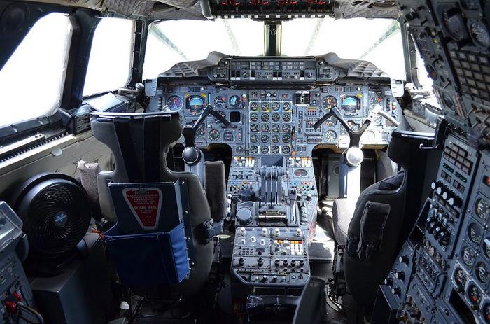 Согласно правилам эргономики, элементы управления размещаются на доступном расстоянии, чтобы пилот мог свободно ими пользоваться, не прибегая к лишним усилиям