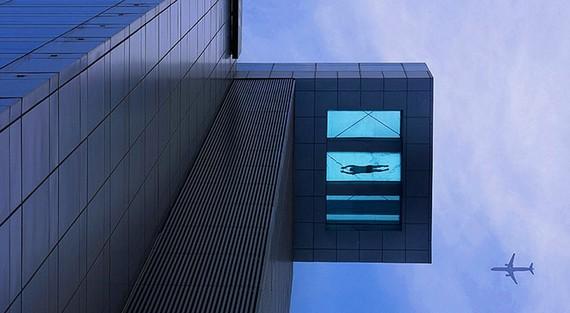 Holiday Inn Hotel в Шанхае, Китай. Бассейн на 24-м этаже с прозрачным дном