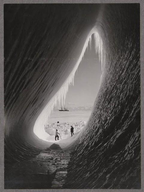 Грот в айсберге,  Британская антарктической экспедиции 1911-1913, 5 января 1911. Фотограф: Герберт Понтинг