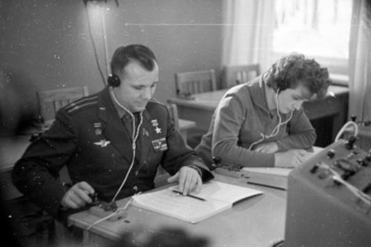 Б.Смирнов. Юрий Гагарин и Валентина Терешкова. Отработка телеграфной связи с помощью ключа.