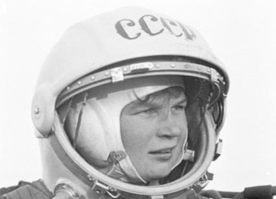 Б.Смирнов. В.Терешкова после парашютного прыжка в скафандре. Феодосия, 1963