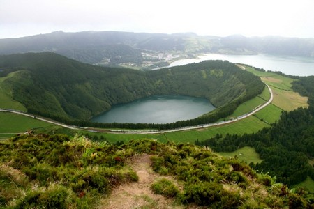 Сантьяго — озеро в западной части острова Сан-Мигел, Азорские острова