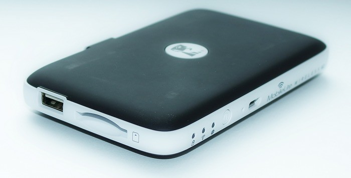 Kingston MobileLite Wireless G2 - слева