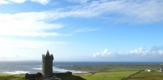 Замок на берегу моря. Ирландия