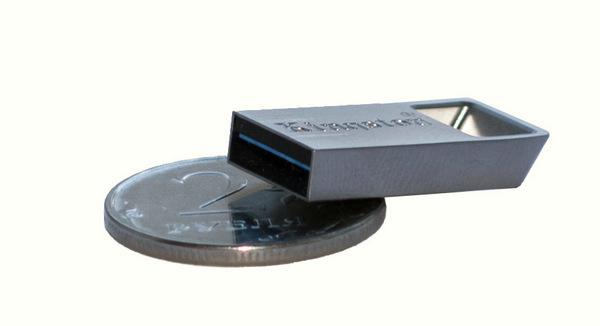 Kingston DataTraveler Micro 3.1 - сравнение с монетой