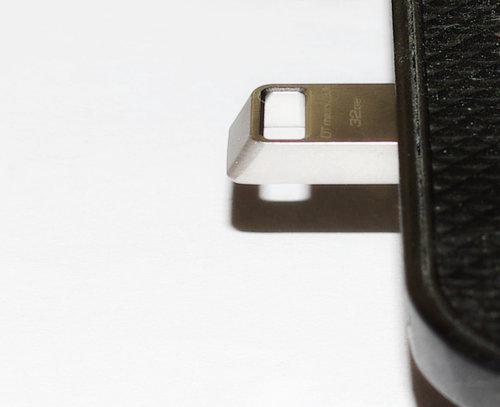 Флешка в USB разъеме ноутбука