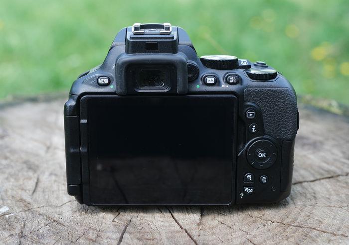Nikon D5600 сзади