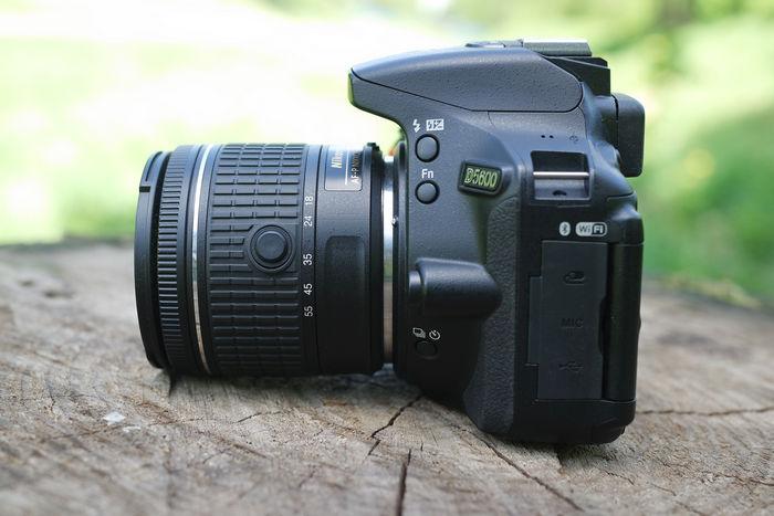Nikon D5600 слева