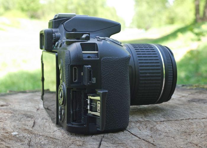 Nikon D5600 справа разъемы