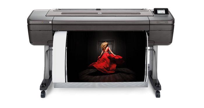 HP DesignJet Z9⁺, PostScript®-принтер с шириной печати 112 см, с вертикальным триммером.