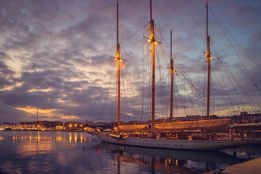 Летний закат в гавани