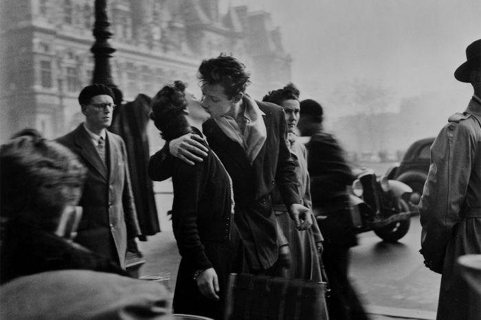 Робер Дуано. Поцелуй у здания парижской мэрии, 1950