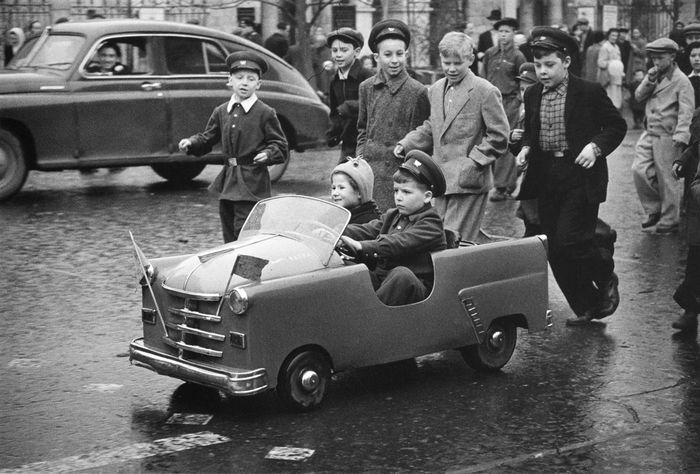 Леонид Лазарев. Улица Горького, 1 мая 1958 года.